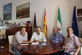 Alcalde y representantes de la Peña Carnavalesca Perico Alcántara