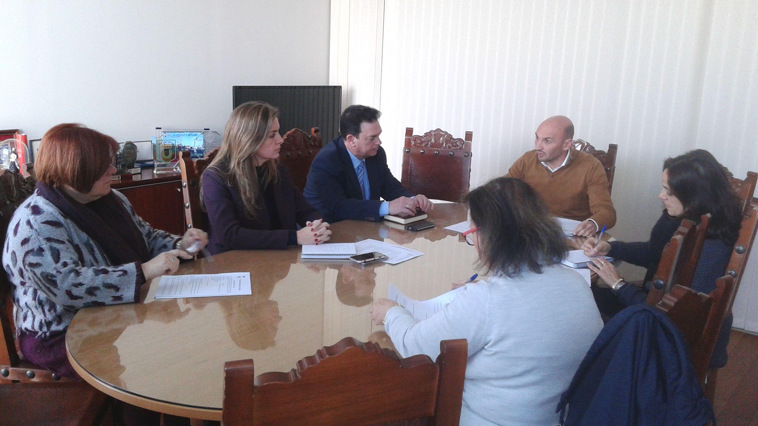 Cándida Verdier, Carmen Jiménez y Joaquín Guerrero, junto a técnicos del Ayuntamiento