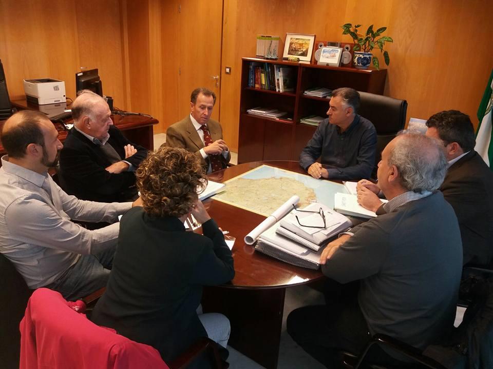 El alcalde y el arquitecto municipal reunidos con el delegado territorial de Fomento y técnicos de la APPA