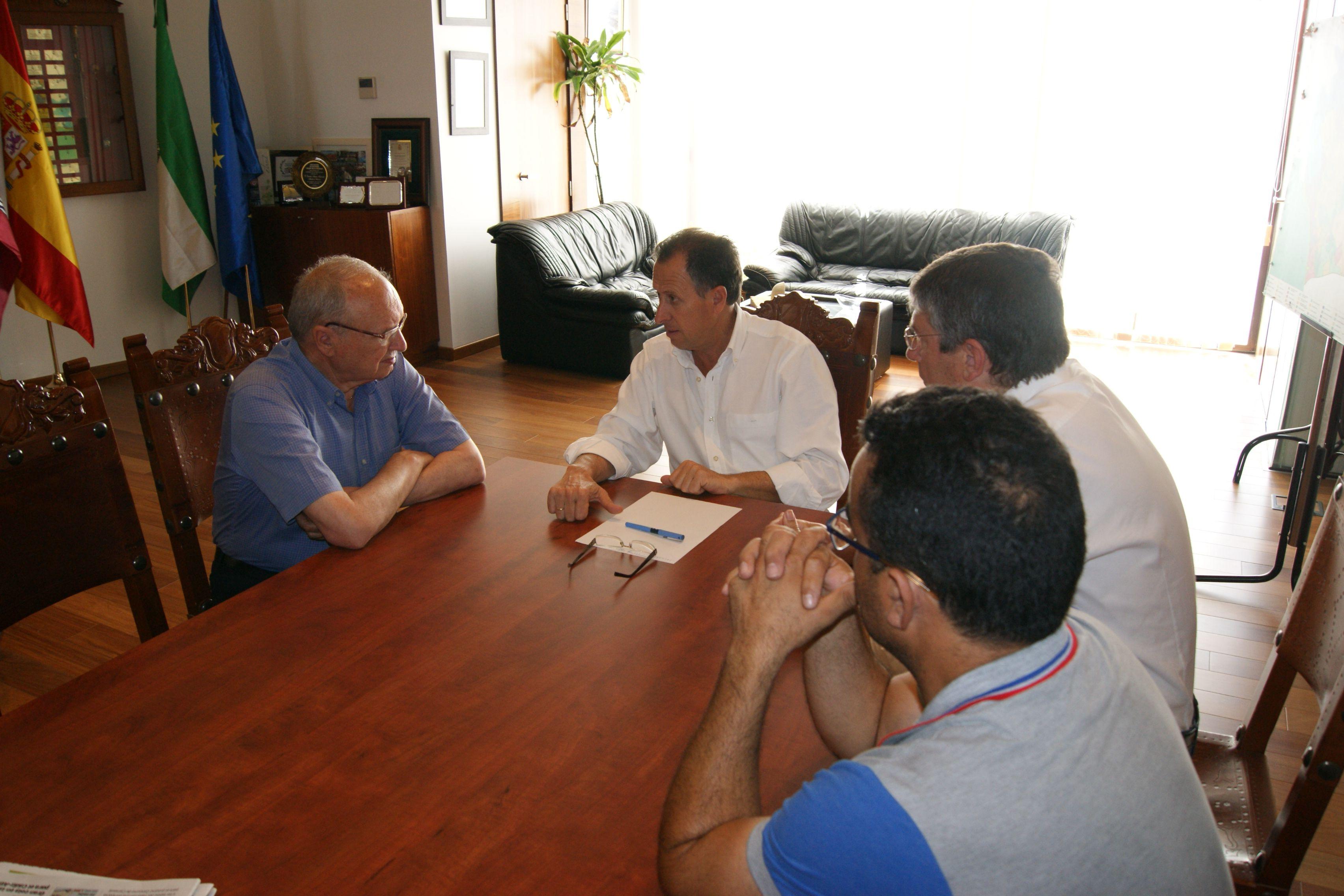 Momento de una reunión entre el alcalde y Llull.