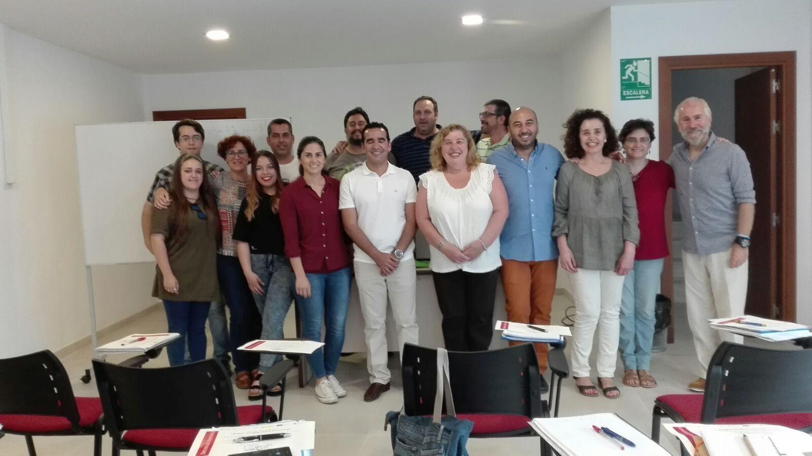 El delegado de Fomento junto a los alumnos del curso de árabe.