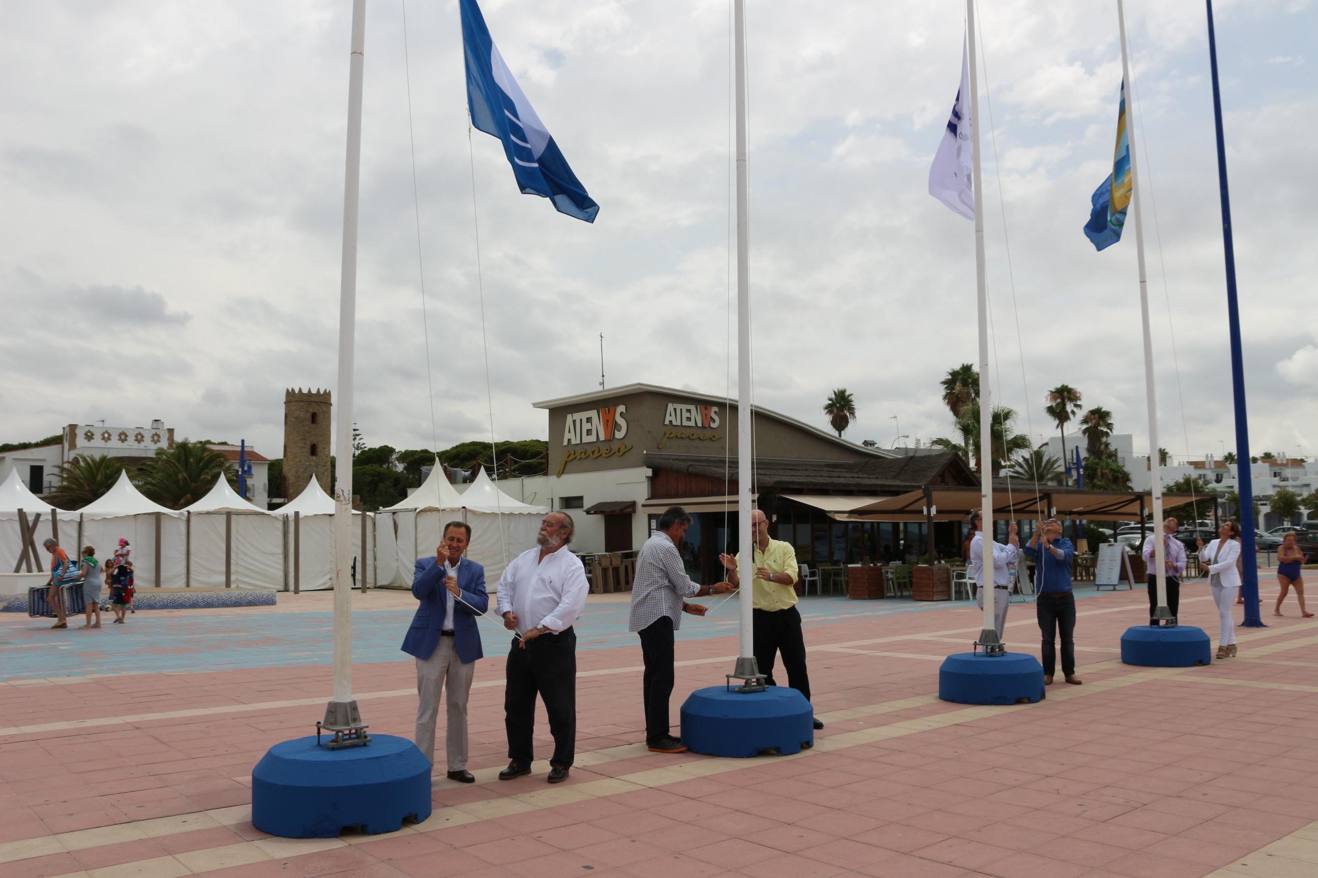 Acto de izado de banderas en la playa de La Barrosa