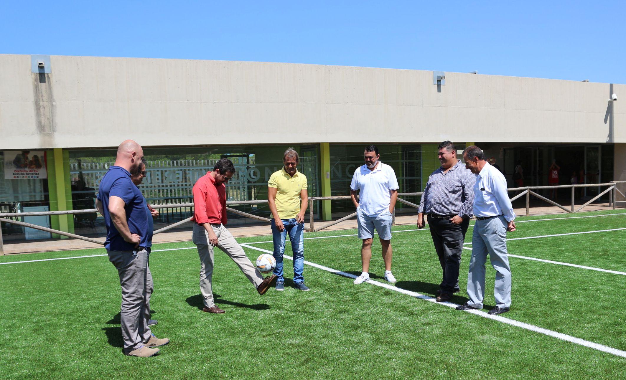 El alcalde y el delegado de Deportes, junto a varias personas más, en el campo de fútbol siete de Costa Sancti Petri.