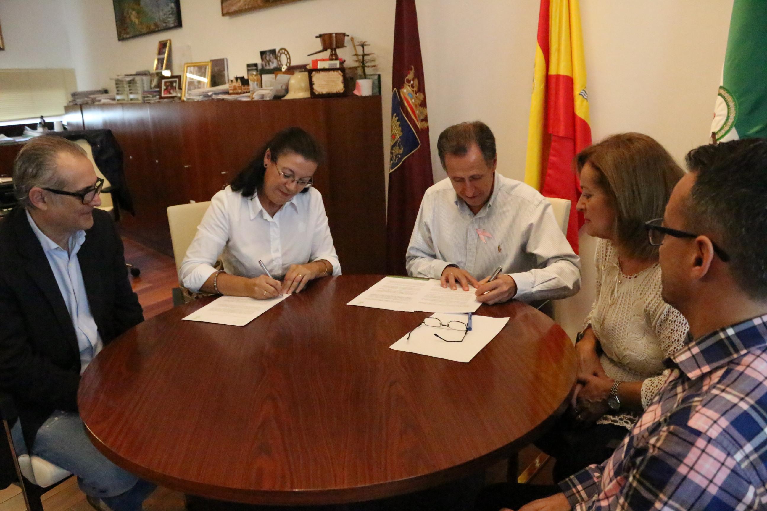 Momento de la firma del convenio en Alcaldía
