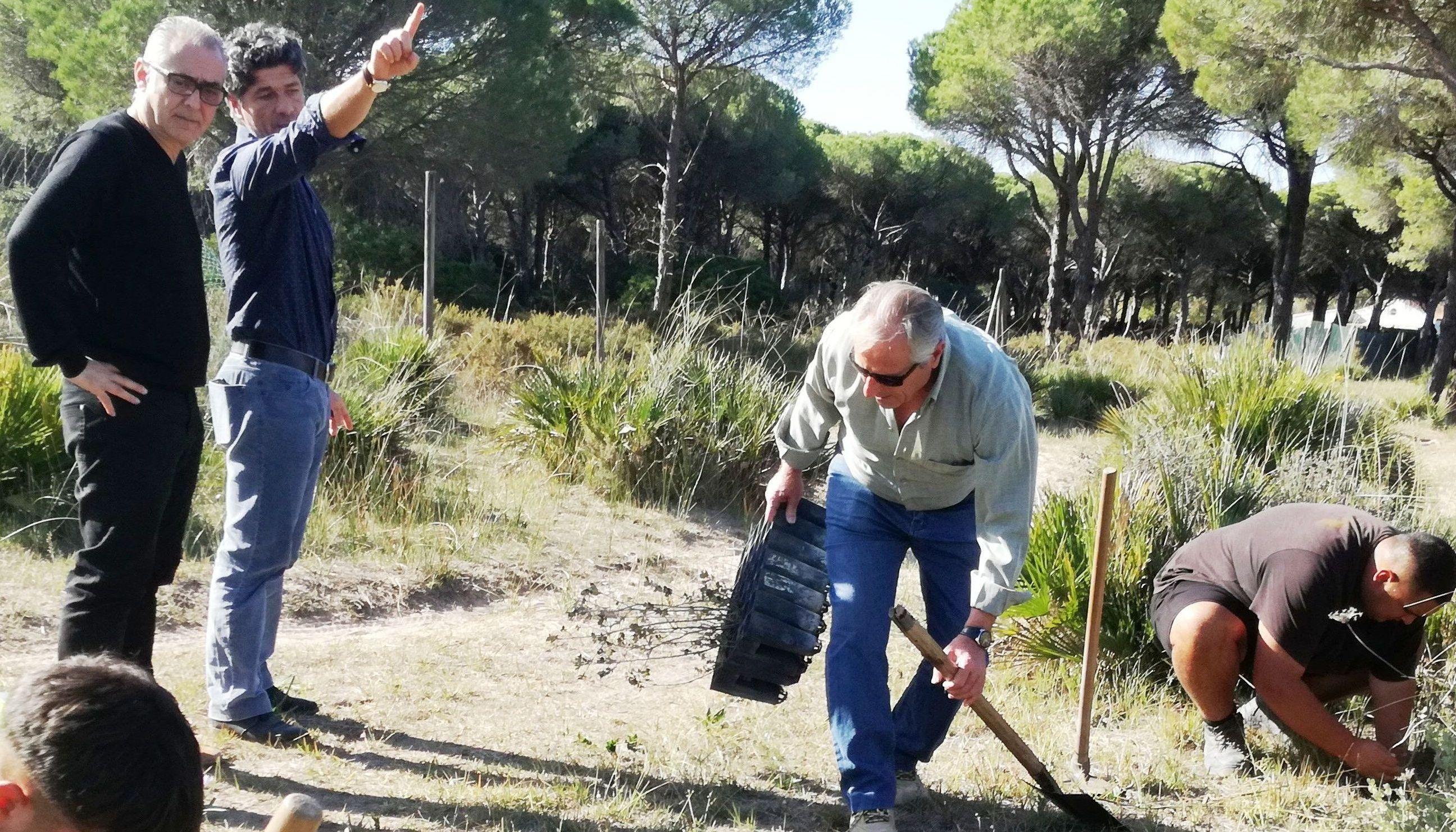 Unos jóvenes plantan árboles ante la presencia de Joaquín Páez