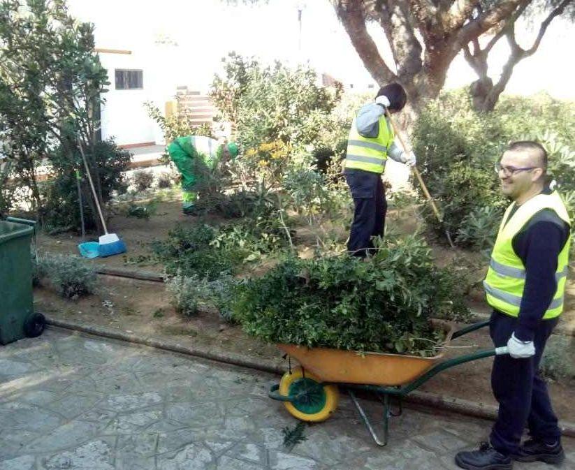 Trabajadores del Programa de Ayuda a la Contratación en un parque de la ciudad