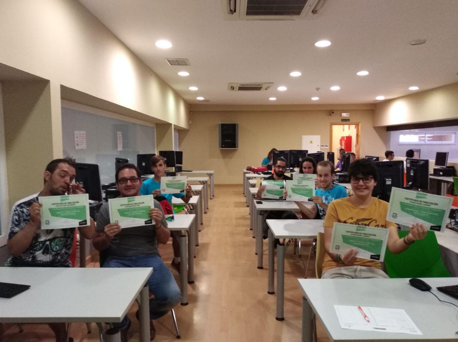 Alumnos de uno de los cursos tecnológicos muestran sus diplomas