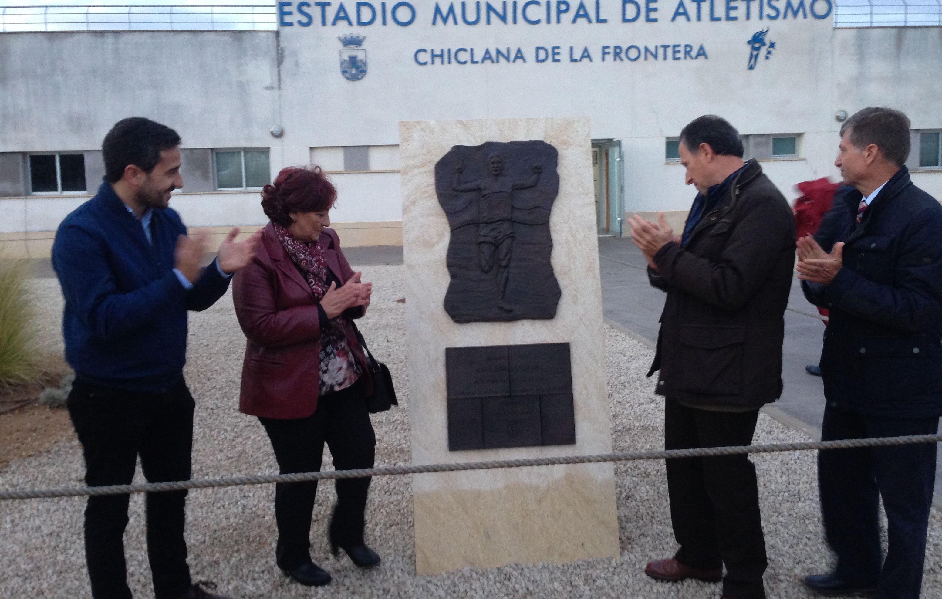 El alcalde y la viuda de Rafael Carmona Páez descubren el monolito en la puerta del estadio de atletismo.