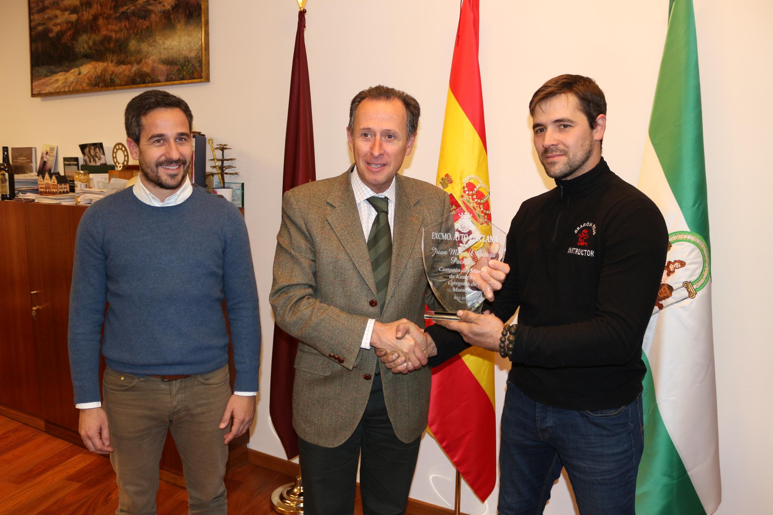 El alcalde entrega a Juan Manuel Ortega una placa de recuerdo por su campeonato del mundo