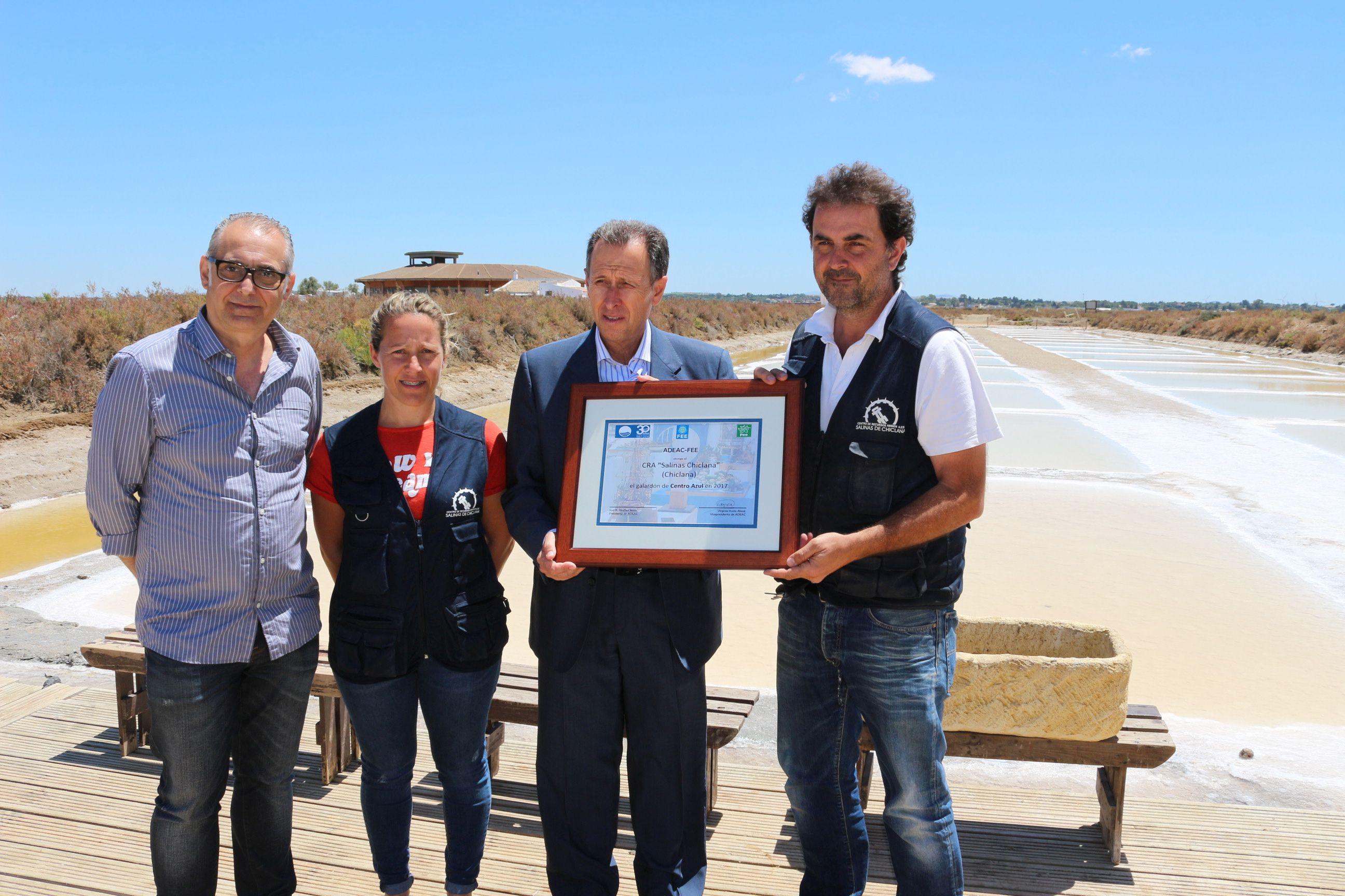 El alcalde y el delegado de Medio Ambiente entregan el certificado de Centro Azul a los responsables del CRA Salinas de Chiclana