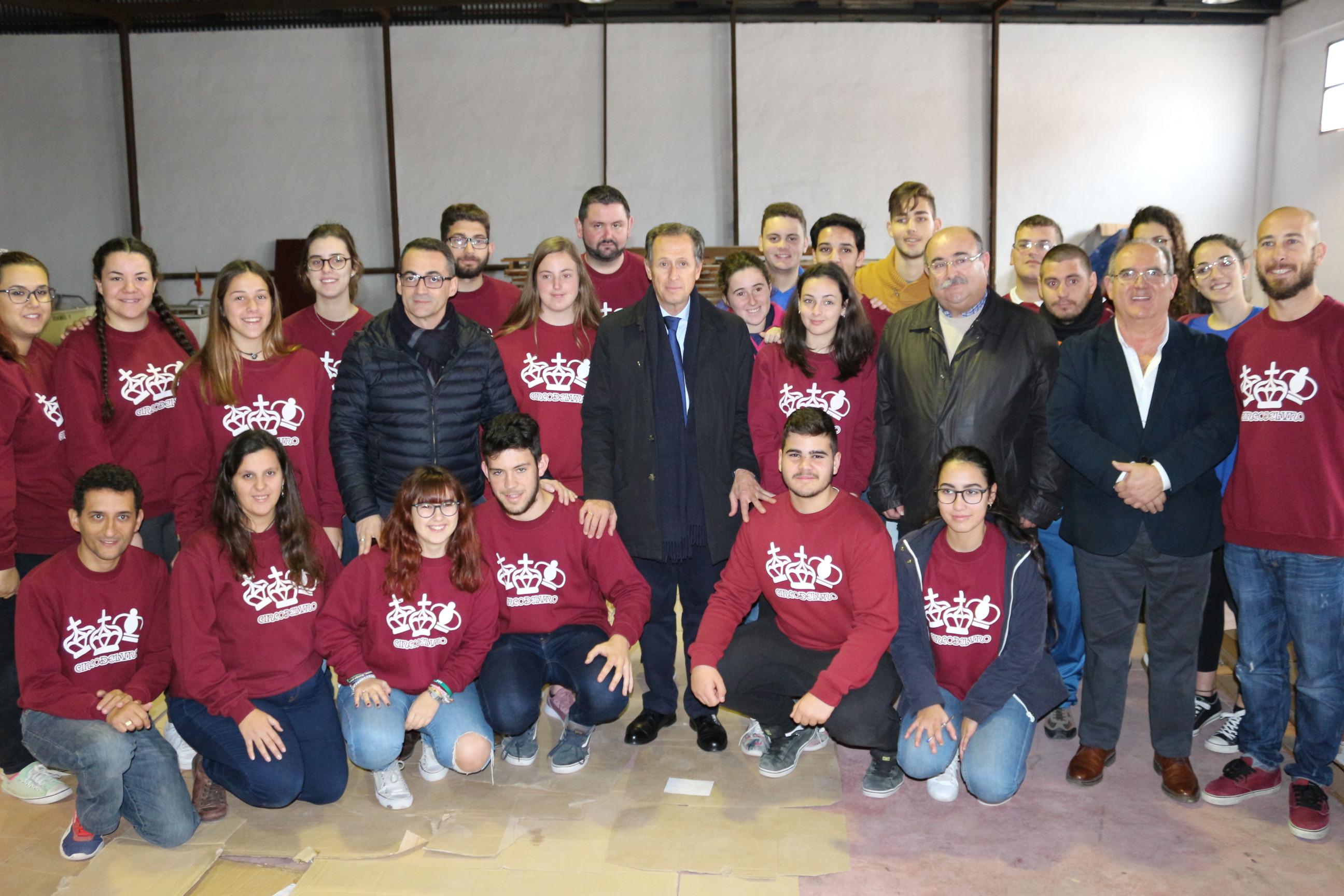 Foto de familia del alcalde con el presidente de la Asociación de Reyes Magos y los voluntarios de la asociación Cincodeluno
